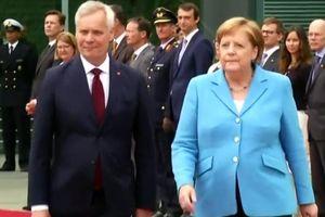 Thủ tướng Merkel lại run lẩy bẩy dưới trời nắng