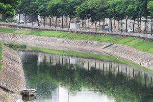Nước sông Tô Lịch chuyển màu xanh sau 1 ngày nhận nước từ hồ Tây