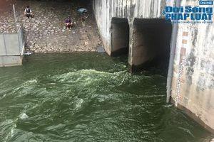 Nước hồ Tây xanh rì cuồn cuộn đổ vào sông Tô Lịch, người dân tranh thủ vác cần ra câu cá