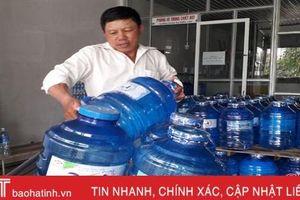 Nắng nóng kéo dài, mặt hàng đá lạnh, nước uống ở Hà Tĩnh 'đắt như tôm tươi'