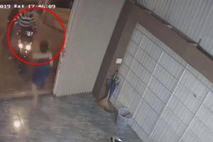 Nữ chủ nhà lao ra 'tung cước' khiến 2 tên trộm xe SH bỏ chạy trối chết