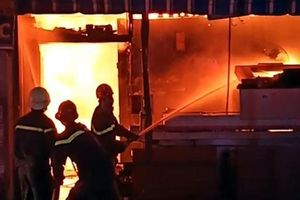 Cháy công ty nội thất lúc rạng sáng, người dân hốt hoảng tháo chạy