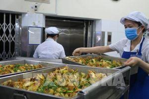 Phát hiện mì sợi vàng nghi nhiễm hàn the trong bữa ăn công nhân