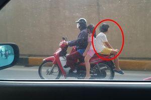 Bé gái và tư thế ngồi xe kỳ lạ trên phố, thêm một chi tiết khiến nhiều người bức xúc