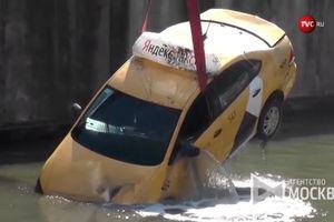 Taxi lùi xuống sông sau khi vào cua mất lái trên đường trơn