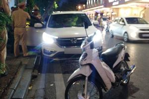 Huy động cứu hỏa 'gọi' người đàn ông ngủ quên trong ô tô giữa phố Hàng Bài