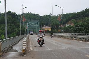 Tạm dừng lưu thông trên cầu Yên Bái để sửa chữa mặt cầu