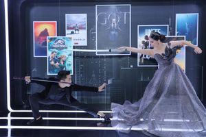 Vợ chồng Khánh Thi - Phan Hiển mặc váy cưới, đấu kiếm tại sự kiện