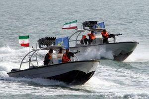 Thực hư vụ xuồng cao tốc Iran bỏ chạy khi bị chiến hạm Anh uy hiếp