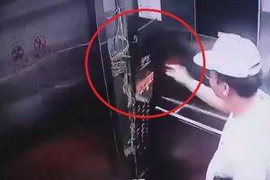 Người đàn ông Hàn Quốc đạp tung thang máy chung cư rồi bỏ đi
