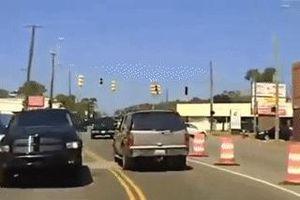 Bị cảnh sát truy đuổi, tên trộm lái xe bỏ chạy rồi gây tai nạn