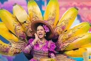 Thí sinh hoa hậu gây cười với trang phục hình con cua, chuối và củ tỏi