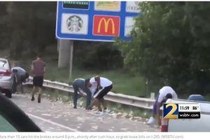 175.000 USD rơi ra từ xe chở tiền, dân Mỹ thản nhiên nhặt bỏ túi