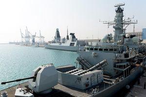 Nghẹt thở vụ chiến hạm Anh chĩa súng vào 5 tàu vũ trang Iran