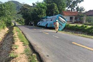 Xe khách chèn chết một phụ nữ rồi lao xuống vệ đường