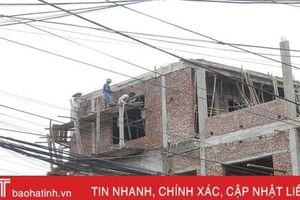 Rùng mình xem thợ xây 'làm xiếc' trên những giàn giáo thô sơ ở Hà Tĩnh