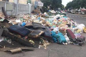 Người dân chặn xe vào bãi rác Khánh Sơn, nội thành Đà Nẵng rác ngập đường