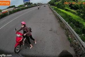 CSGT nhảy xuống xe, đuổi theo người phụ nữ lách luật, dắt xe máy đi ngược chiều trên quốc lộ