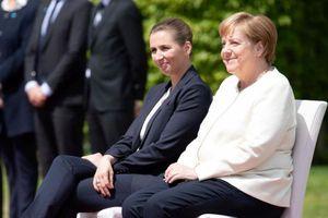 Bà Merkel ngồi trong lễ đón thủ tướng Đan Mạch sau 3 lần run rẩy