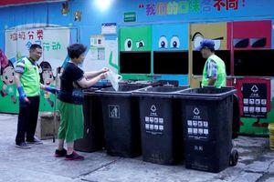 Người Thượng Hải vật lộn phân loại rác, sợ bị trừ điểm công dân
