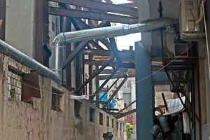 Nhà dân 'chống nạng' dựa vào chung cư chờ bồi thường tại Hà Nội