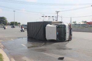 Xe tải bị lật, gần 3.000 lít hóa chất tràn ra đường