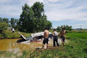 Ô tô lao xuống hố nước, 1 người chết, 4 người bị thương