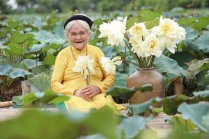 Cụ bà 90 tuổi nhuộm răng đen chụp ảnh sen cười tỏa nắng ai nhìn cũng 'trầm trồ'