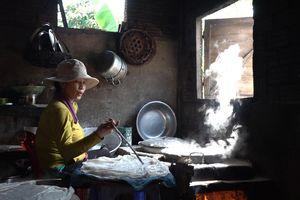 Mì Quảng Bà Láng gần nửa thế kỷ vừa tráng vừa ăn