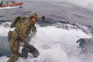 Cảnh sát Mỹ rượt đuổi 'như phim hành động', bắt hơn 7 tấn ma túy trong tàu ngầm