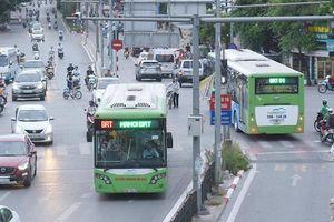 Khách chê xe buýt vì 'ngày càng chậm'
