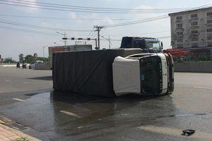 Xe tải lật nghiêng, gần 3.000 tấn lít hóa chất rò rỉ xuống đường