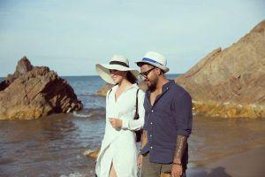 Diện đầm trắng thanh khiết, hoa hậu Tiểu Vy dạo biển cùng trai lạ hút bao ánh mắt tò mò