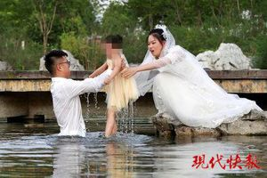 Đang chụp ảnh cưới, cặp đôi dừng lại để làm điều này khiến dân mạng hết lời khen ngợi