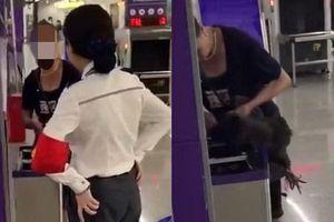 Không được đem gà lên tàu, người phụ nữ cắt tiết luôn tại nhà ga