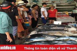 Du khách tấp nập mua hải sản Sầm Sơn trong dịp hè