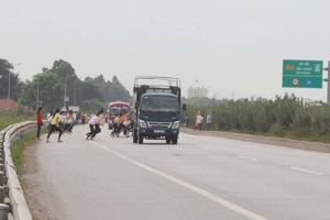 Công nhân vẫn bất chấp chạy qua đường cao tốc sau tai nạn chết người