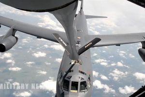 Cận cảnh quá trình máy bay ném bom B-52 tiếp liệu trên không