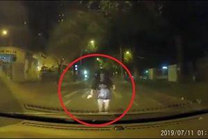 Clip: Cãi nhau với người yêu, cô gái chạy lao đầu vào ô tô hòng tự tử