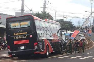 Xe khách nổ lốp tông gãy cột điện ở Đắk Nông