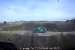 CLIP: Giây phút thót tim khi tàu hỏa hất văng taxi hàng chục mét, còi kêu liên hồi