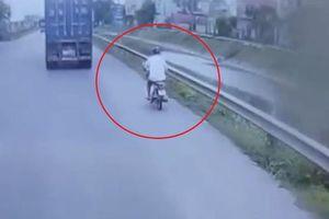 Cố vượt, tài xế xe máy ngã nhào sát container