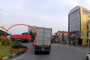 Container lật nhào khi ôm cua ở tốc độ cao