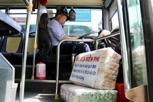 'Thả tim' tài xế xe buýt mua áo mưa cho khách, bắt cướp ở TP.HCM