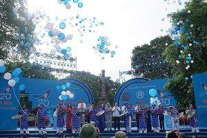 10.000 người đi bộ kỷ niệm 20 năm Hà Nội nhận danh hiệu Thành phố Vì hòa bình