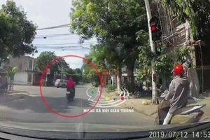 Chạy xe máy vượt đèn đỏ, nữ 'ninja' bị ô tô tông văng lên nắp capo