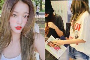 'Mỹ nhân 15 tuổi đẹp nhất Hàn Quốc' nhóm IZ*ONE gây xôn xao khi cầm tạp chí 18+ ra nơi công cộng