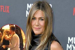 Hậu tin đồn quay lại với chồng cũ Brad Pitt, Jennifer Aniston bất ngờ lộ ảnh ôm hôn trai lạ
