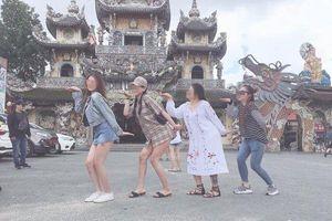 Cô gái bị chỉ trích gay gắt khi mặc váy siêu ngắn tạo dáng chụp ảnh trong ngôi chùa nổi tiếng ở Đà Lạt