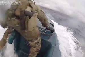 Lính Mỹ rượt đuổi tàu bán ngầm chở 17,69 tấn ma túy